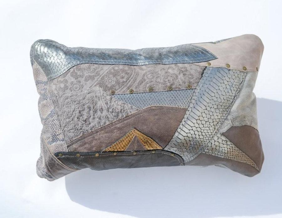 Almohada de cuero gris metalizado en diseño patchwork 2