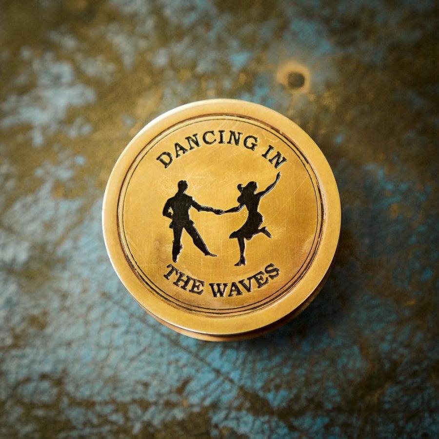 Brújula DANCING IN THE WAVES