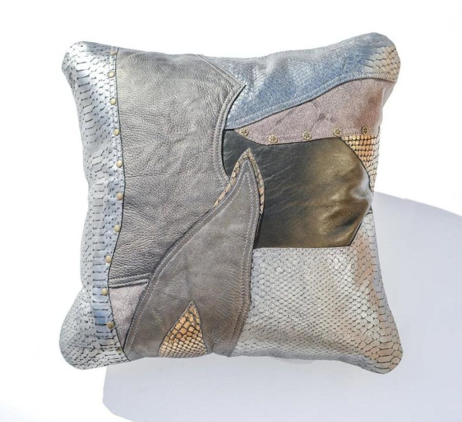 Almohada de cuero gris metalizado en diseño patchwork 15