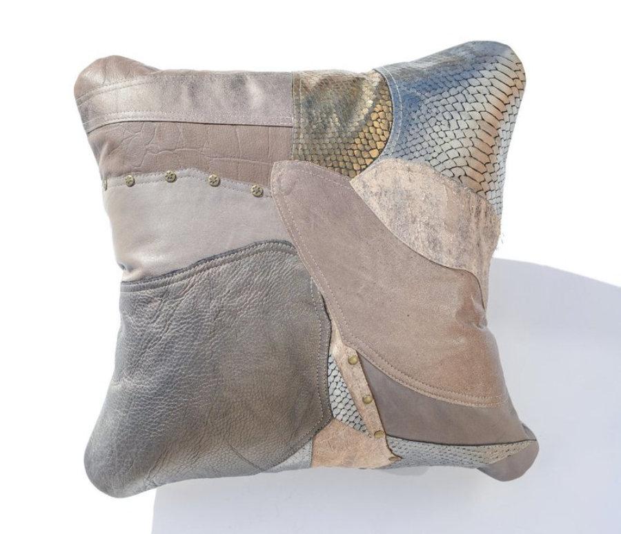 Almohada de cuero gris metalizado en diseño patchwork 18