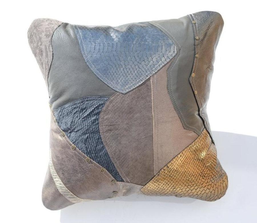 Almohada de cuero gris metalizado en diseño patchwork 21