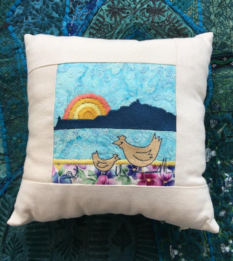 Cojín Ciudad de Ibiza con gallinas, en bordado artístico y patchwork en tonos Azul  y Turquesa, artesanía única hecha a mano