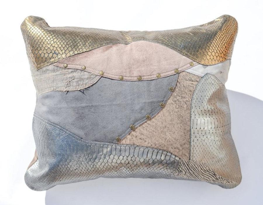 Almohada de cuero gris metalizado en diseño patchwork 36