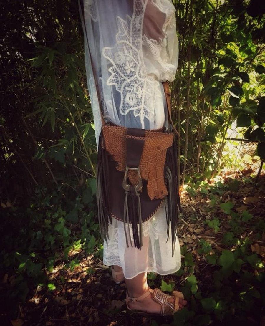 Bolso Ovalado Marron de Piel con Flecos Diseño Hippie Ibicenco