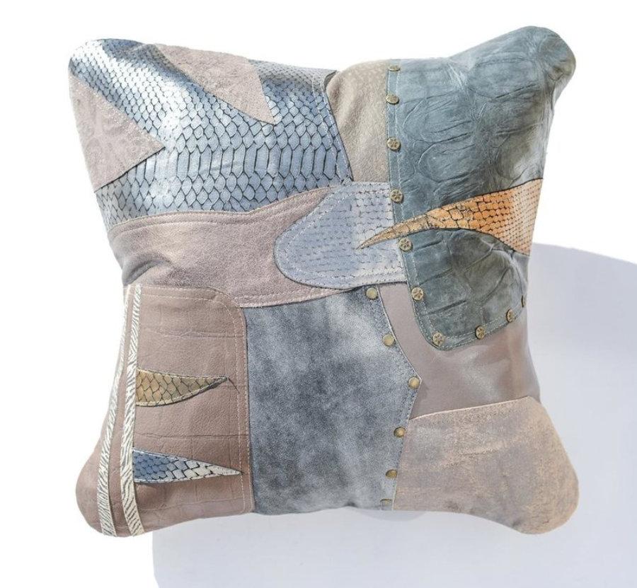Almohada de cuero gris metalizado en diseño patchwork 20