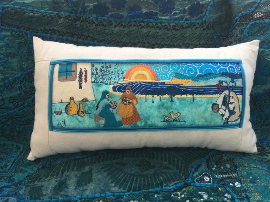 Cojín Cap Nono y Pagesas de Ibiza, en bordado artístico y patchwork en Telas  azul Turquesa