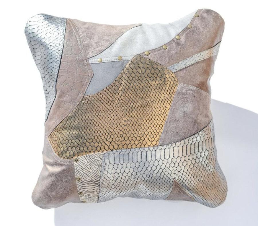 Almohada de cuero gris metalizado en diseño patchwork 19