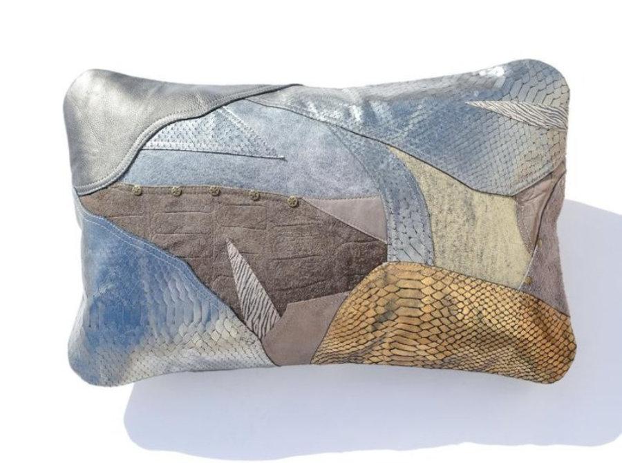 Almohada de cuero gris metalizado en diseño patchwork  11