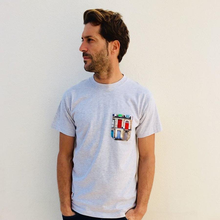 Camiseta bolsillo Puertas de colores