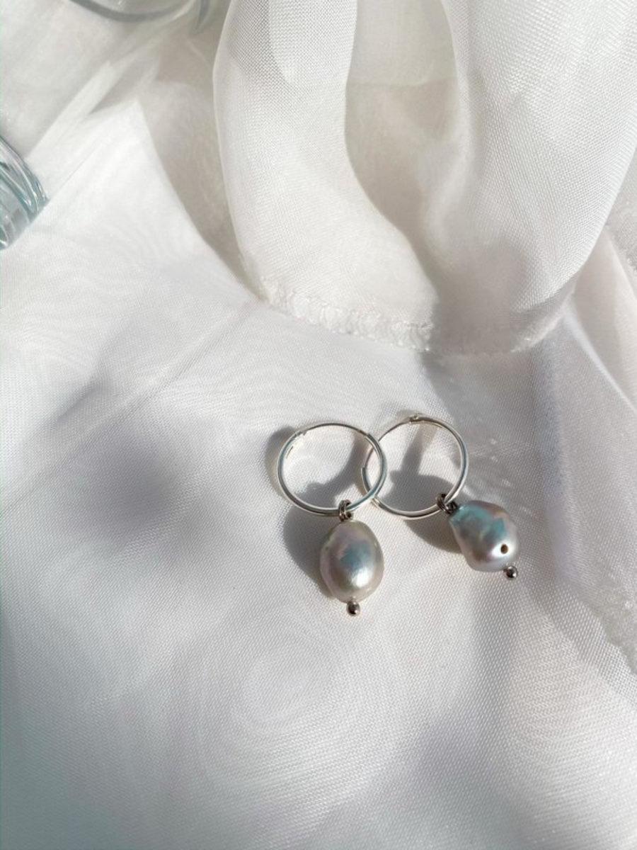 Pendientes Minimalistas de Plata con Perlas