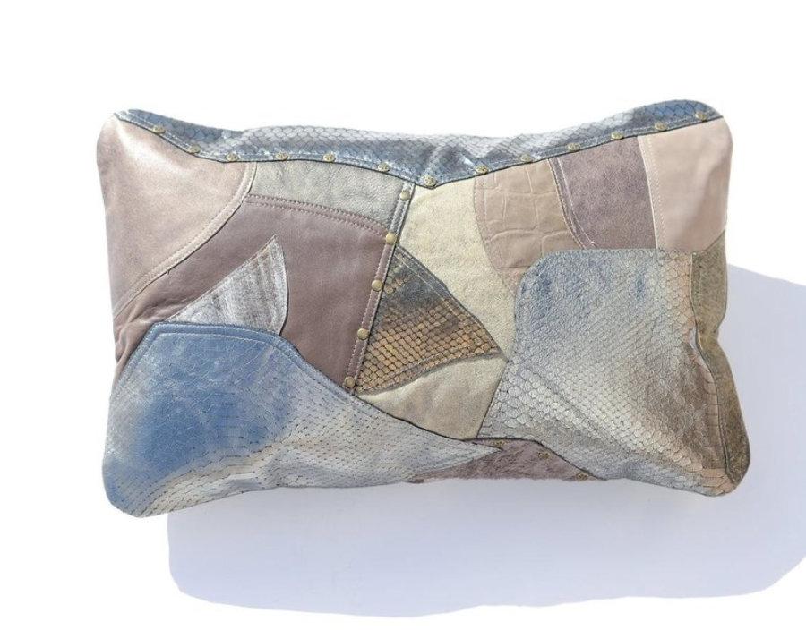 Almohada de cuero gris metalizado en diseño patchwork 10