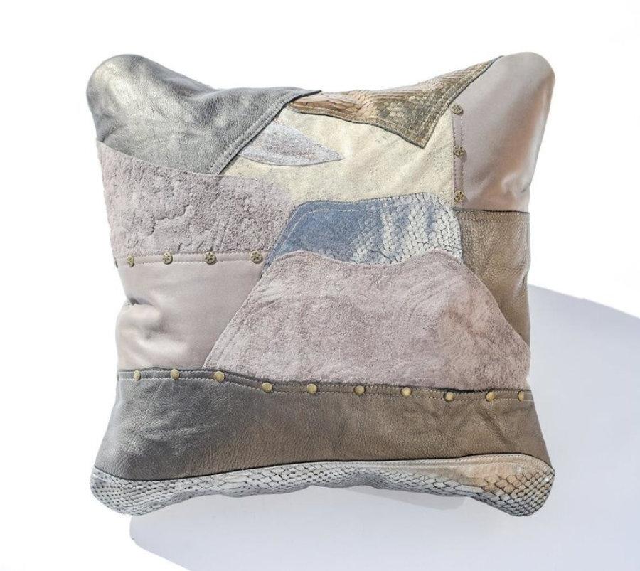 Almohada de cuero gris metalizado en diseño patchwork 17