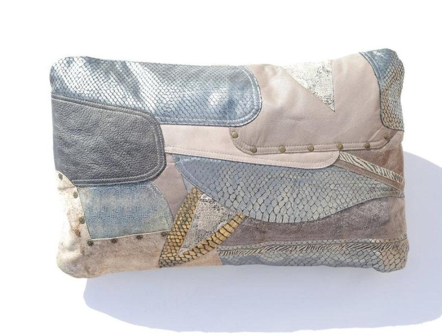 Almohada de cuero gris metalizado en diseño patchwork 9