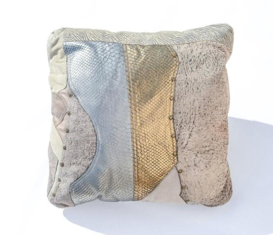 Almohada de cuero gris metalizado en diseño patchwork  14